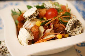 Salata de cruditati cu branza de capra