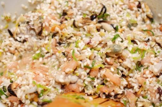 Preparare risotto cu fructe de mare