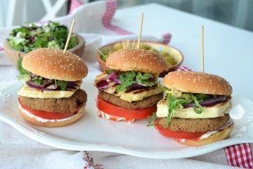 Burger de naut si halloumi burger vegetarian