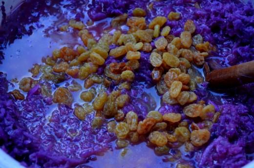 varza rosie scazuta cu suc de portocale si stafide