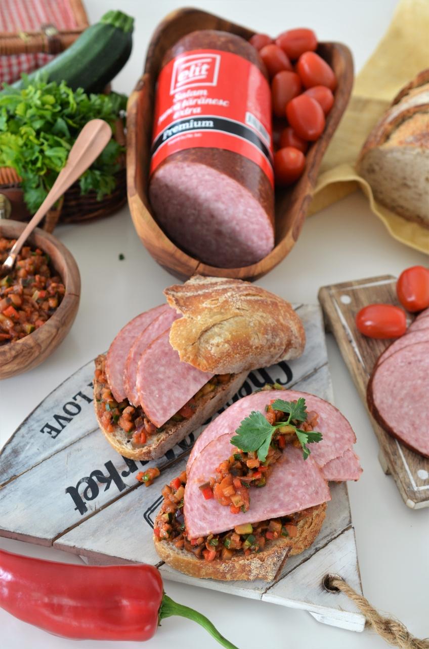 Sandwich Caponata cu salam